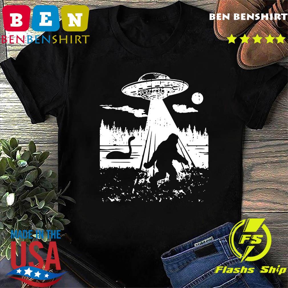 Bigfoot UFO Abduction Funny Sasquatch Aliens Cryptozoology T-Shirt